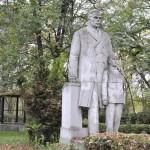 """Când şi cum a luat fiinţă grupul statuar """"Teodor Costescu şi elevul"""" din parcul Liceului """"Traian"""""""