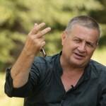 """Mircea Dinescu îşi va lansa la Severin """"Colierul din bomboane de colivă"""""""