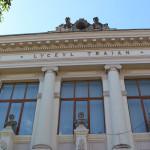 """Ale cui sunt busturile de pe frontispiciul Liceului """"Traian"""" din Drobeta Turnu Severin şi ce simbolizează ele?"""
