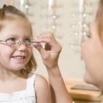 """Viceprimarul Daniel Cîrjan: """"Până acum au beneficiat de consultații oftalmologice 2248 de copii din Drobeta Turnu Severin"""""""